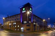 When it comes to Luton Airport hotels, the Holiday Inn Express is officially the closest hotel to the airport.